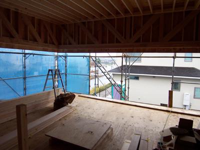 木造トラスにより水平に切られたリビングの大窓