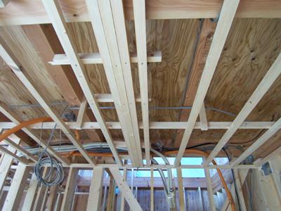 天井内の配線と配管