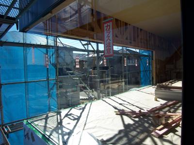 コーナーガラス の吊り込み完了。柱がない大開口にガラスだけ