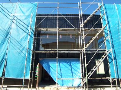 黒いガルバリウム鋼板の外壁と大きな窓