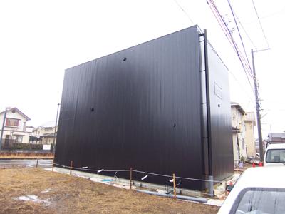 黒いガルバリウム鋼板の住宅