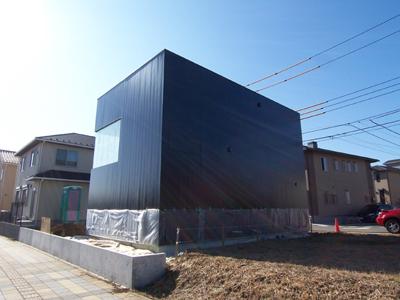 黒いガルバリウム鋼板の外壁
