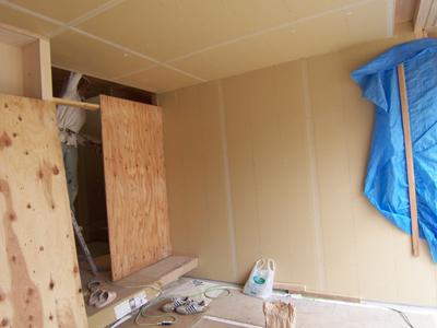 石膏ボードが張られた玄関土間の壁と天井