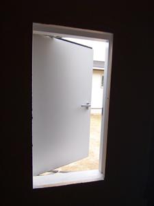 換気 用の窓を採用。意匠性と機能を考慮し、採光と換気を分離
