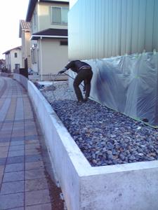 自費工事の砕石敷きは諸事情により友人参加型 | 印旛のスタジオ