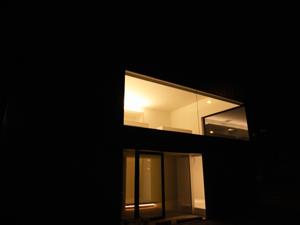 印旛のスタジオの外観夜景