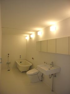 真っ白なバスルームの夜景