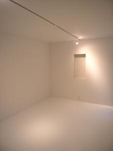 真っ白なゲストルームの夜景