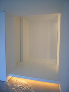 真っ白な玄関ホールと間接照明