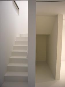真っ白な階段と廊下