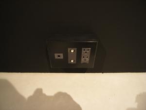 黒い壁に黒いコンセント