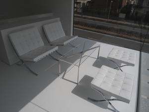 真っ白なバルセロナチェア