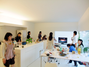 印旛のスタジオのパーティー風景