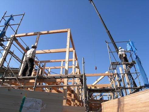 川口の白い家の棟上げ作業