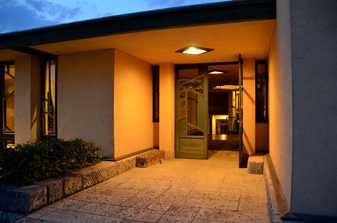 自由学園明日館の玄関アプローチ夜景