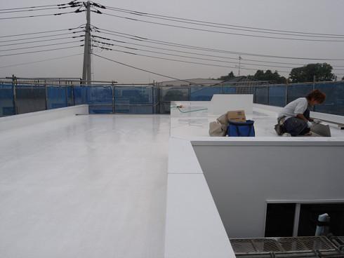 真っ白に塗装された陸屋根