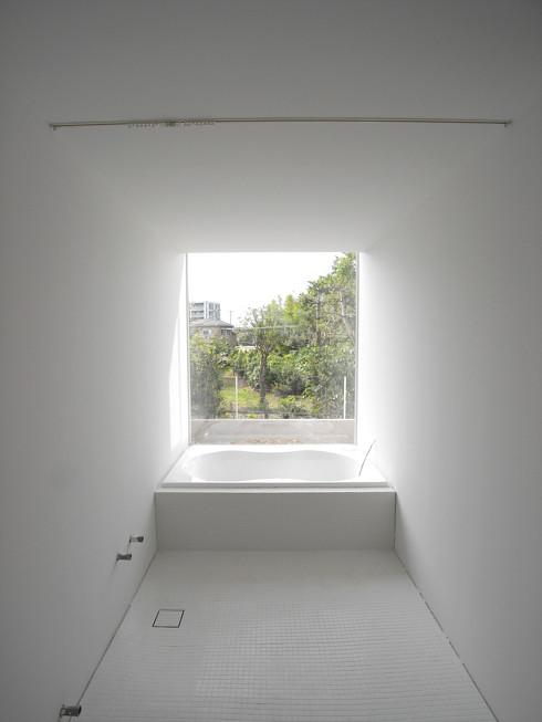 浴室 の塗装工事が完了。風景を切り取る白い空間 | 川口の白い家