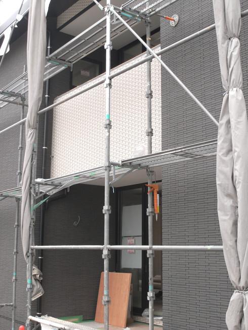 タイル張りの外壁とバルコニー