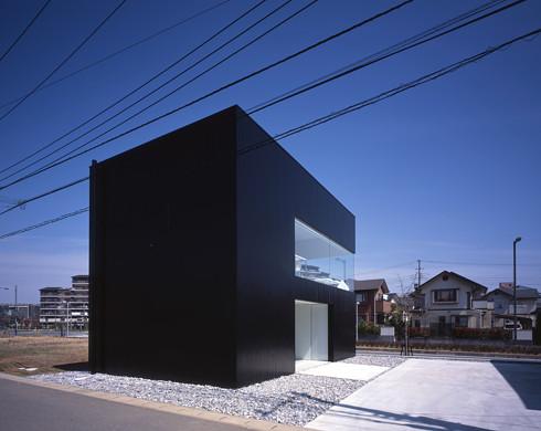 黒い外壁の家外観