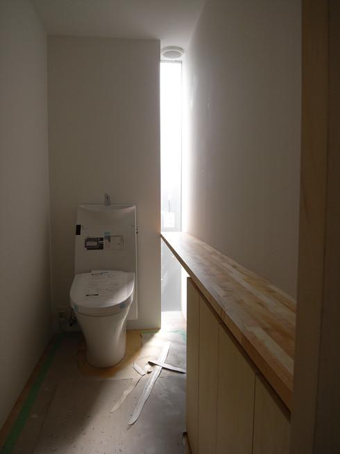 壁のスリット窓から光が入る拘りのトイレ