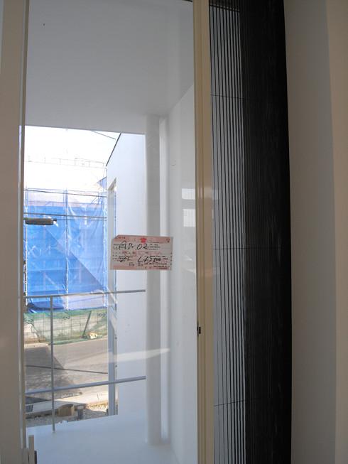 壁から引き出されたプリーツ網戸
