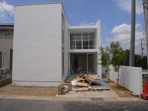 モミジが植えられた玄関アプローチ