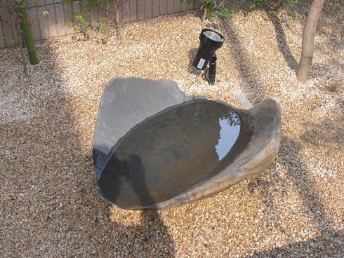 満水にした安山岩の手水鉢