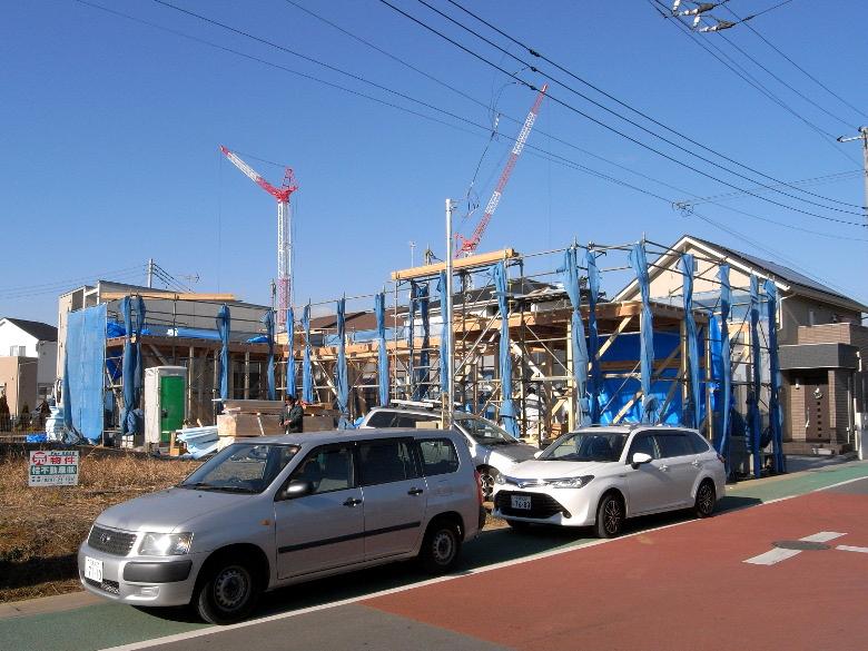 棟上げで組まれた足場とネット
