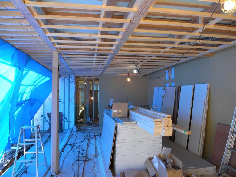 木下地が組まれた天井と石膏ボードが張られた壁