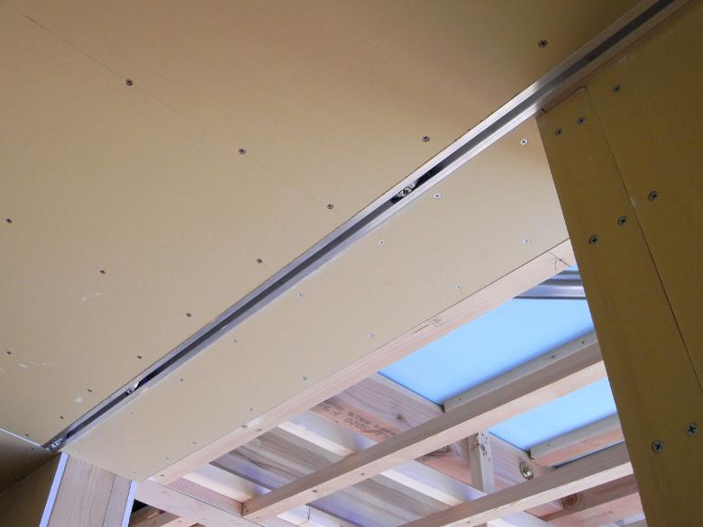 引戸の吊りレールが埋め込まれた天井