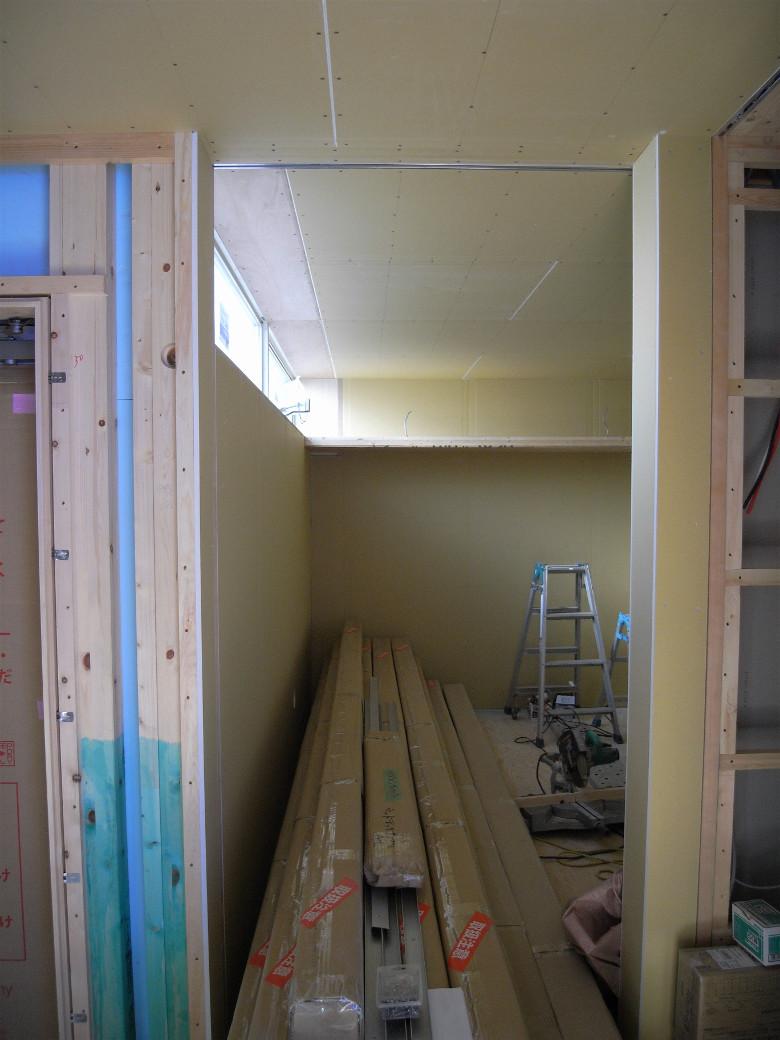 ハイサイドライトと壁天井の石膏ボード張り