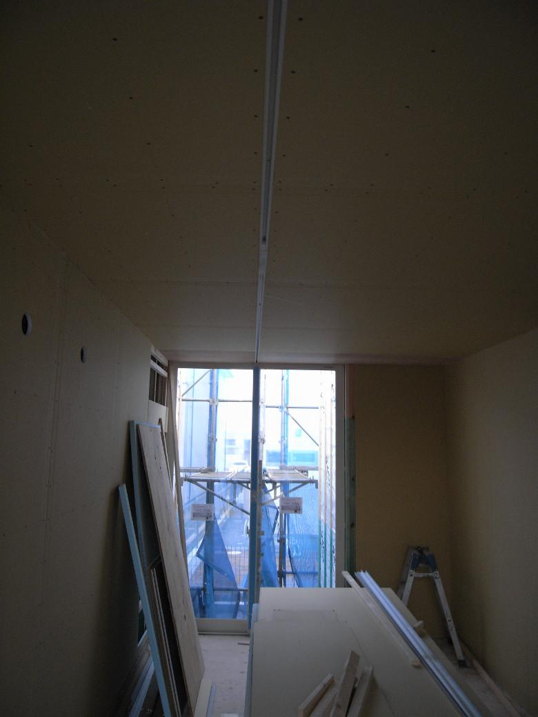 ライティングレールが埋め込まれた天井