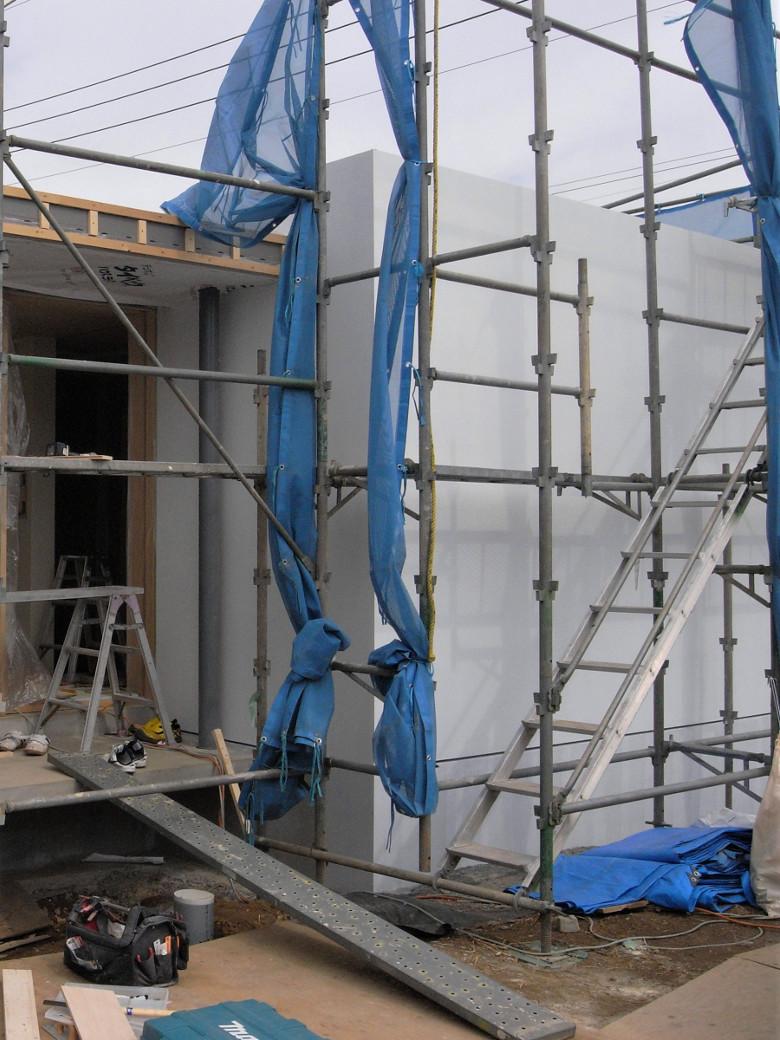 真っ白に塗装されたラスモルタルの外壁