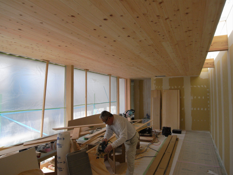 壁塗装下地のパテ処理と床養生