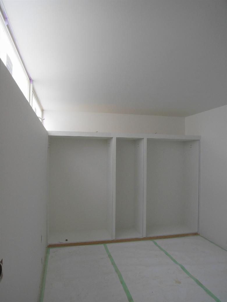 真っ白に塗装された主寝室とクローゼット