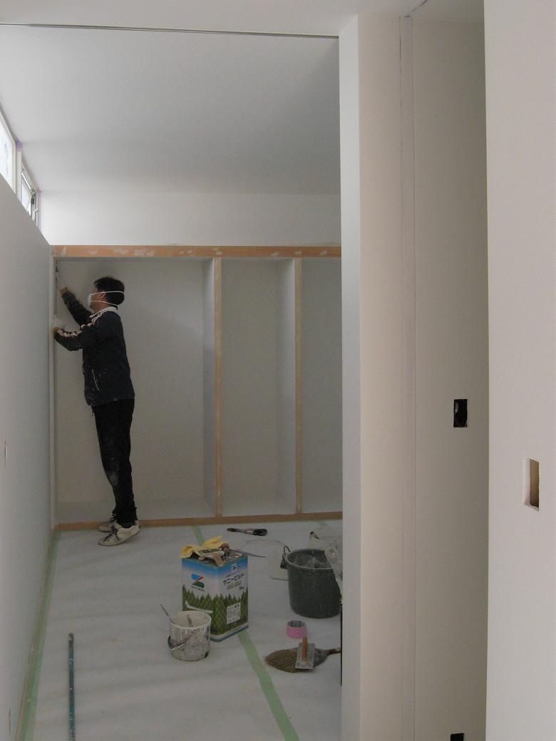 クローゼット内部の塗装作業