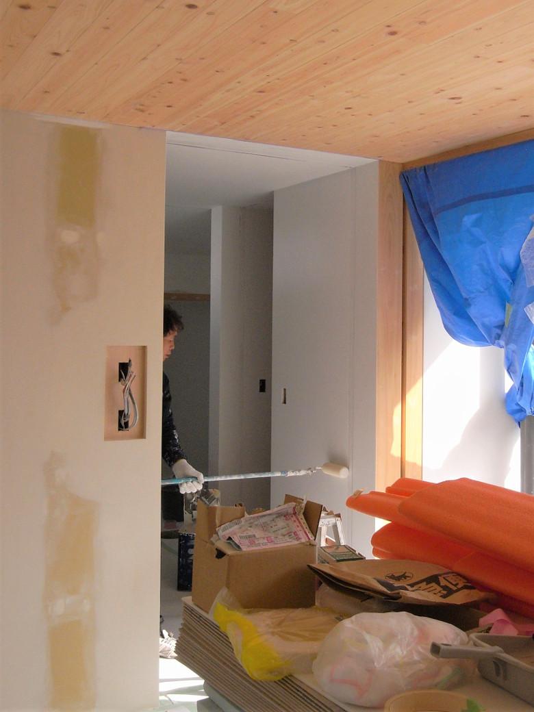 塗装 を開始。徐々に空間が仕上り現場も大詰め | ゆめみ野の家