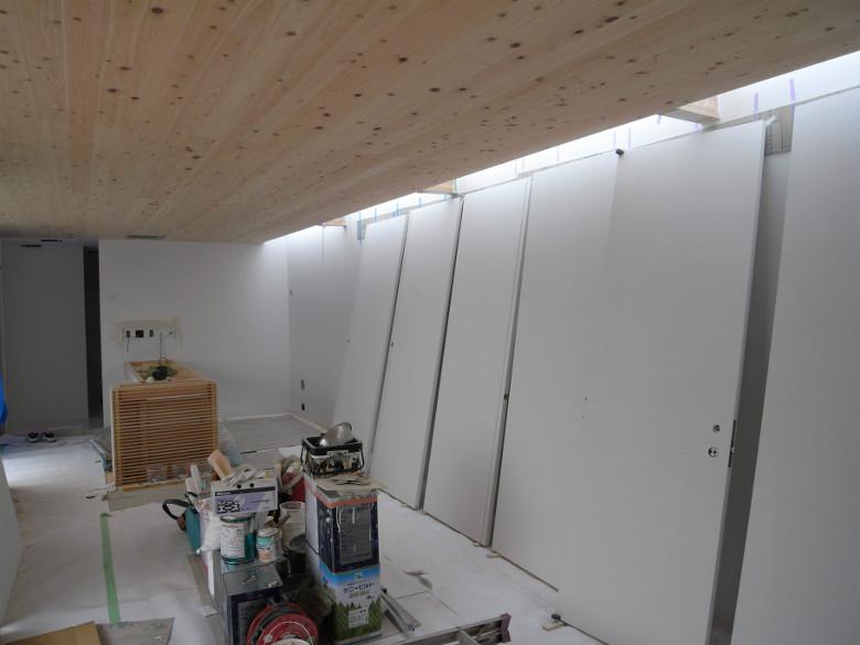 並べられた塗装中の木製建具