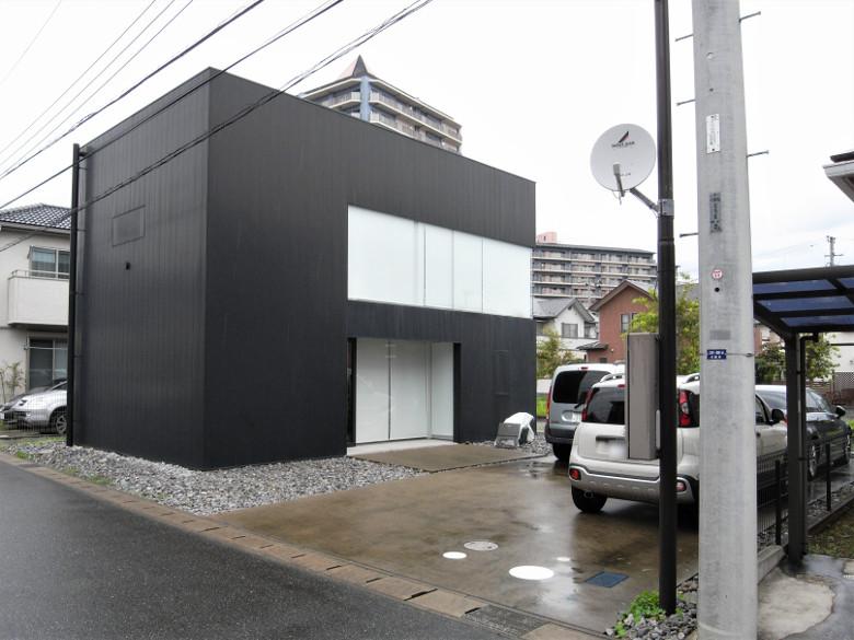 雨の日の印旛のスタジオ外観